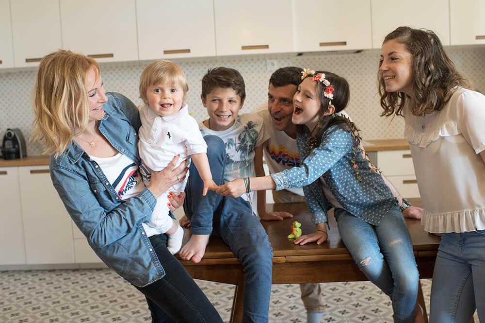 Portrait d'une famille nombreuse à domicile.
