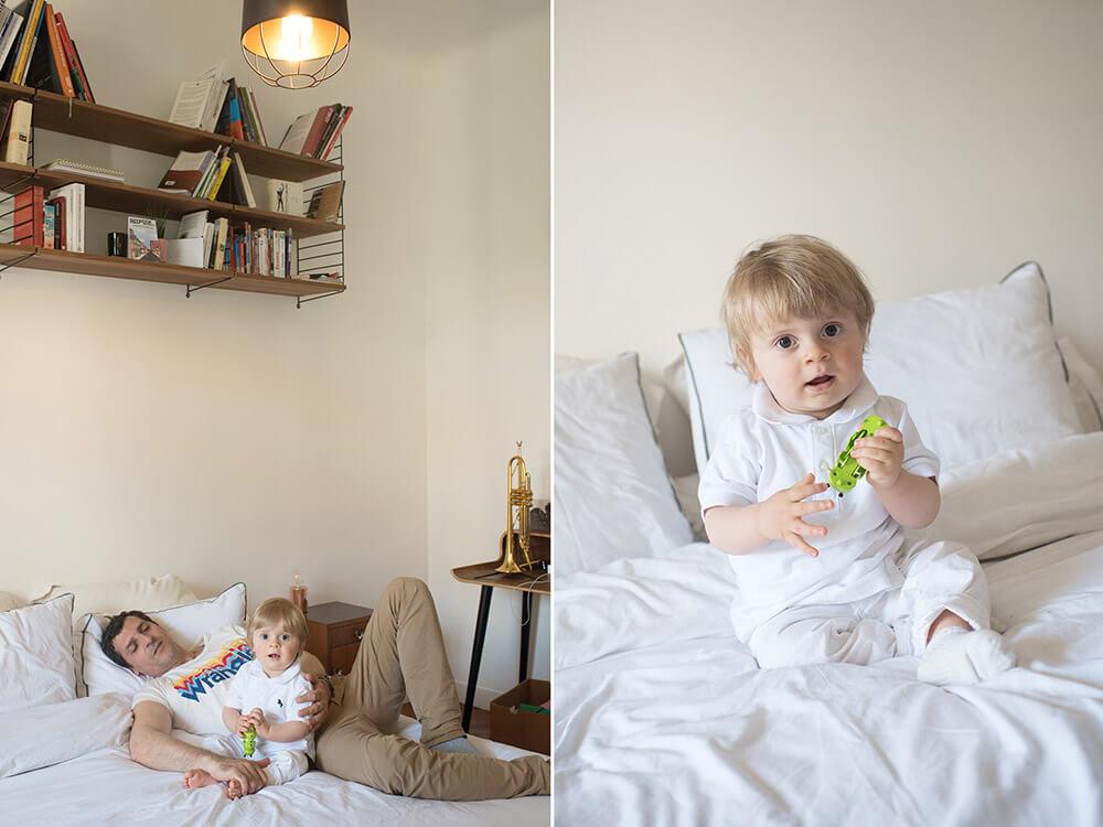 Portrait bébé un an qui joue sur le lit de ses parents.