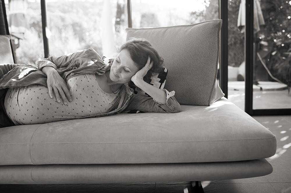 Séance photo femme enceinte à domicile.