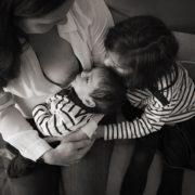 Photo noir et blanc d'allaitement.
