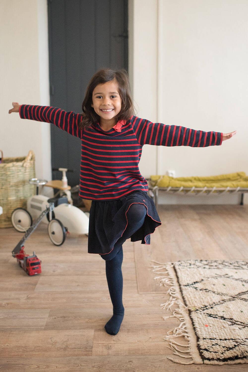 Enfant jouant à cloche pied.