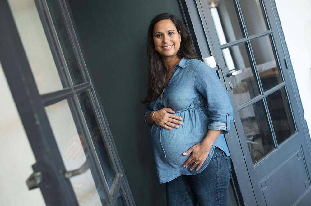 Portrait femme enceinte de 8 mois.