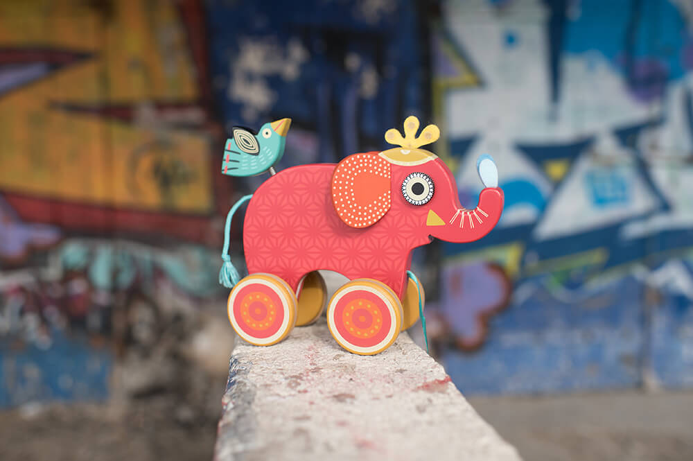 Eléphant rouge, jouet en bois.