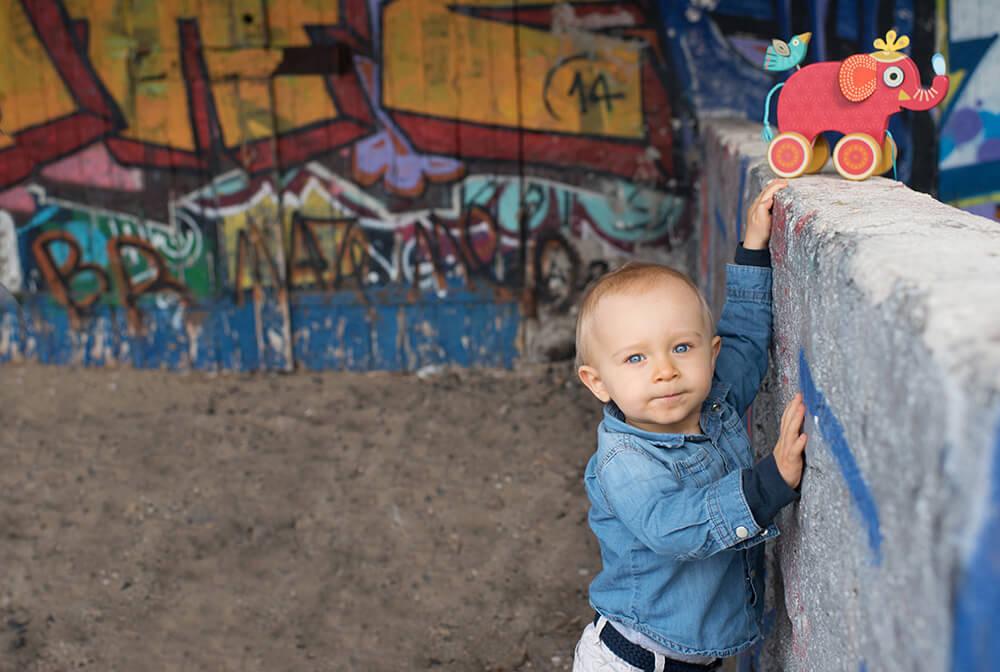 Portrait d'enfant devant des graffitis.
