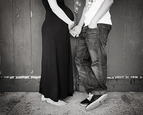 Main dans la main. Couple d'amoureux attendant son premier enfant. Le Bain des Dames, Marseille. Portrait en noir et blanc.