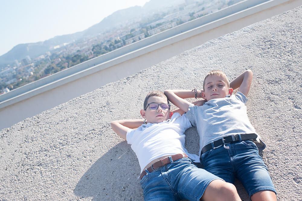 Enfants sur les toits de Marseille.