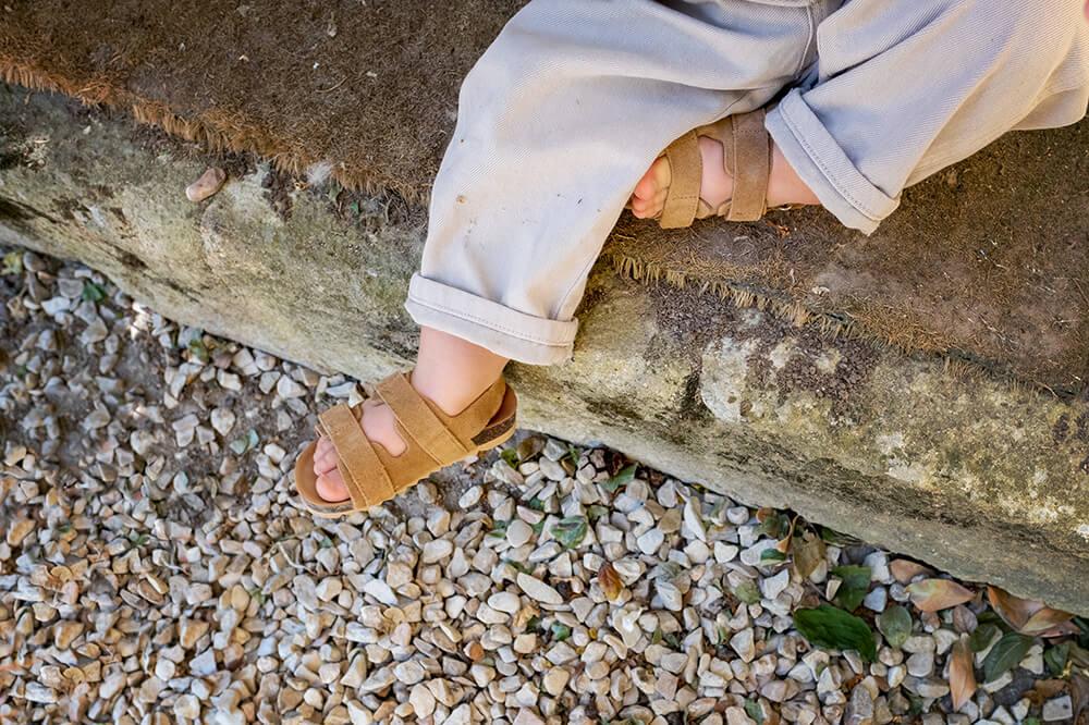 Jolie sandale en peau. Chaussure d'été pour enfant.