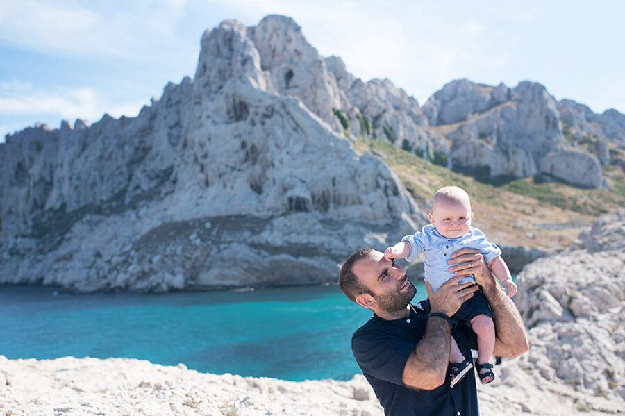 Photo originale de bébé et son papa aux Goudes.