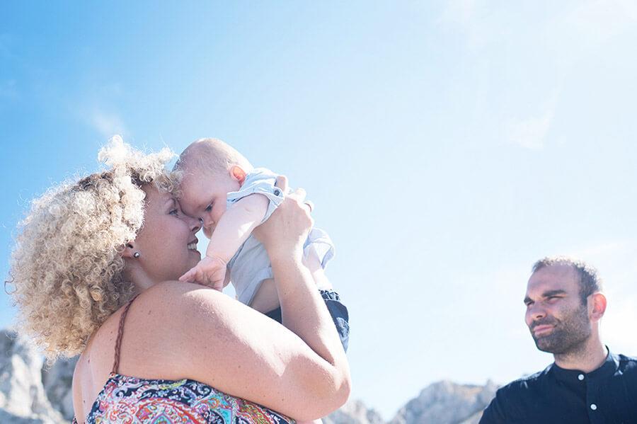 Câlin dans les bras de maman et son bébé