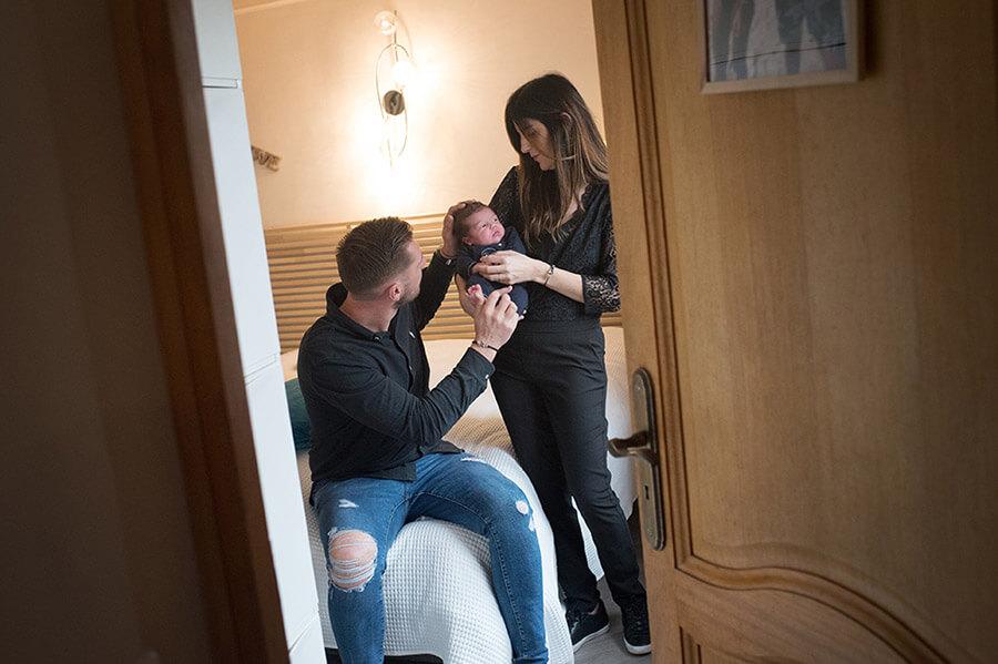 Moment intime de bébé avec ses jeunes parents.