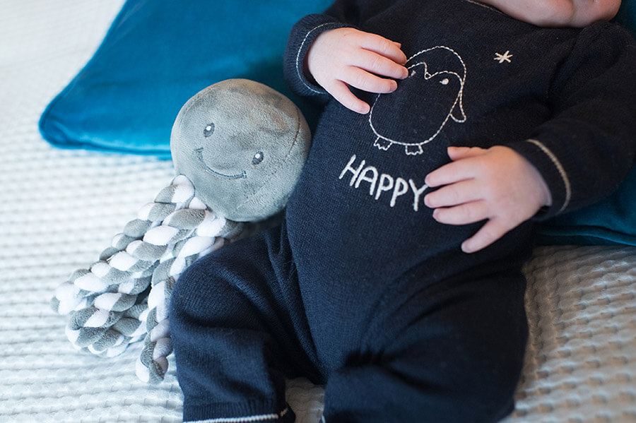Portrait nouveau-né avec son doudou pieuvre.