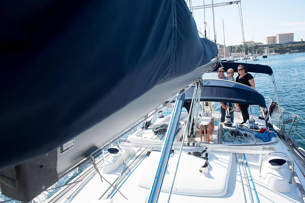 Séance famille sur un voilier à Marseille.