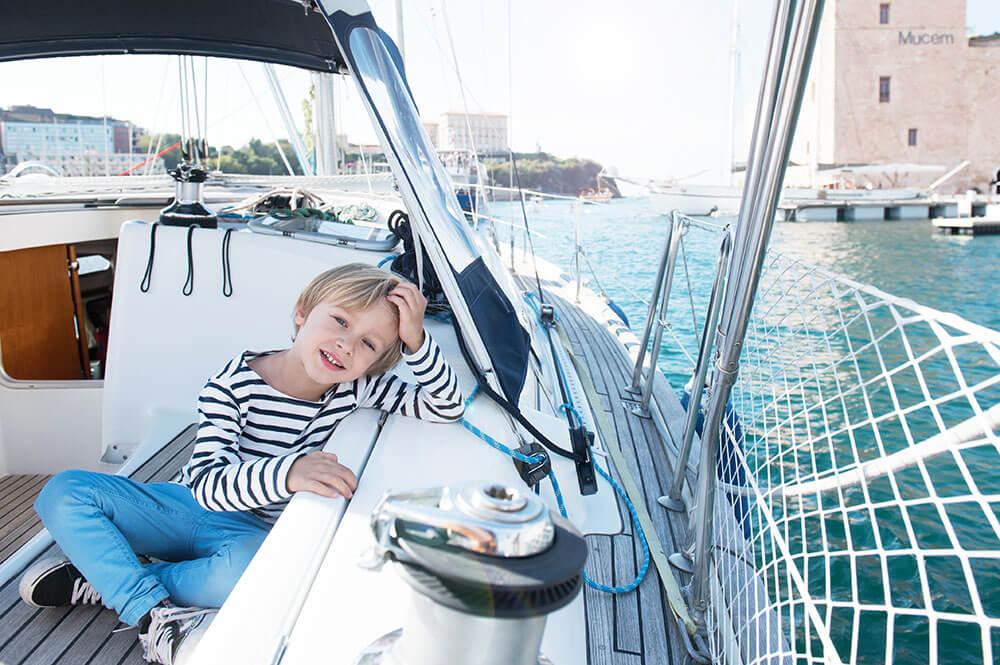 Séance famille sur un voilier à Marseille