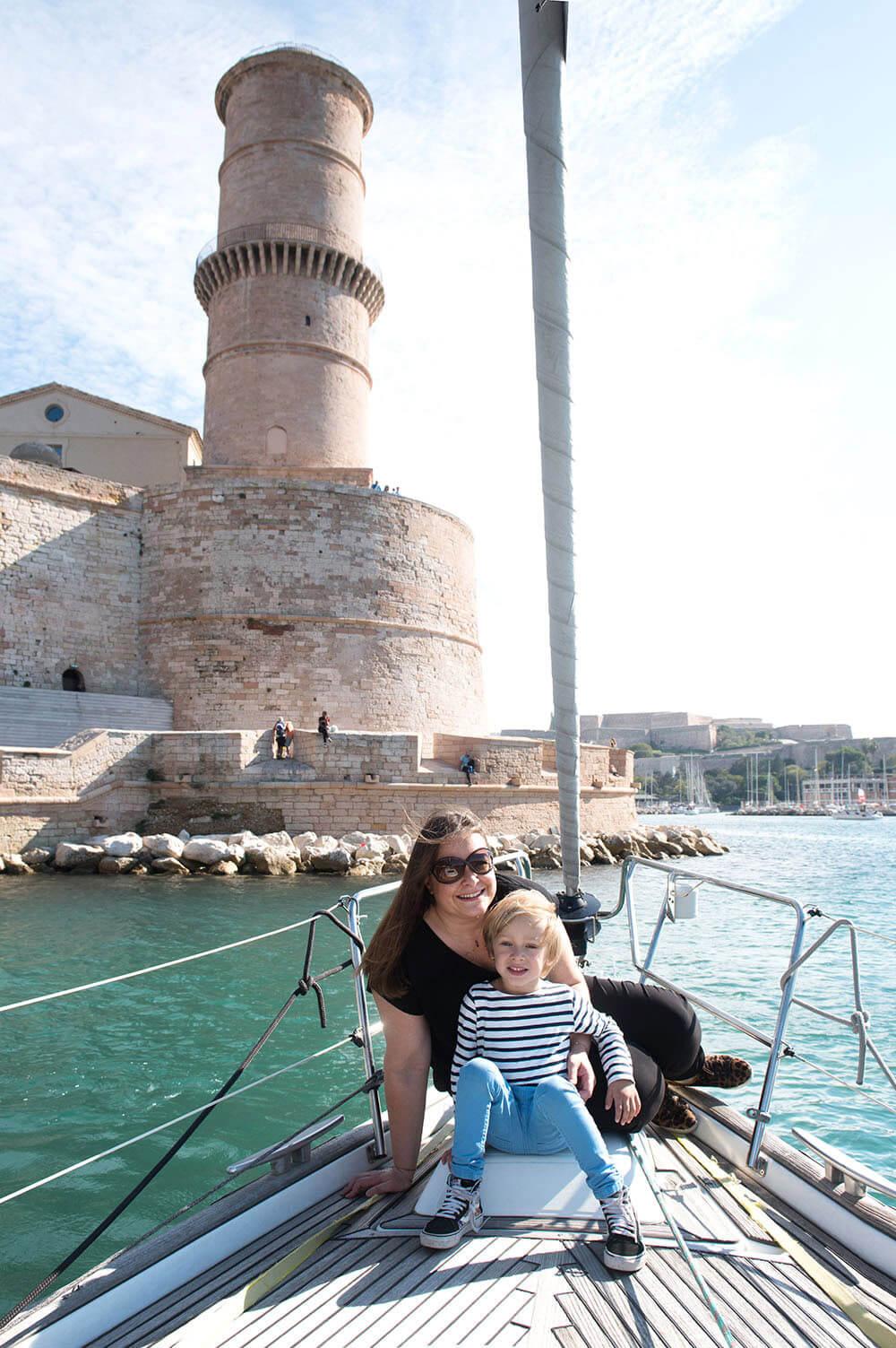 Portrait mère/fils sur le voilier et devant le Fort Saint-Jean.