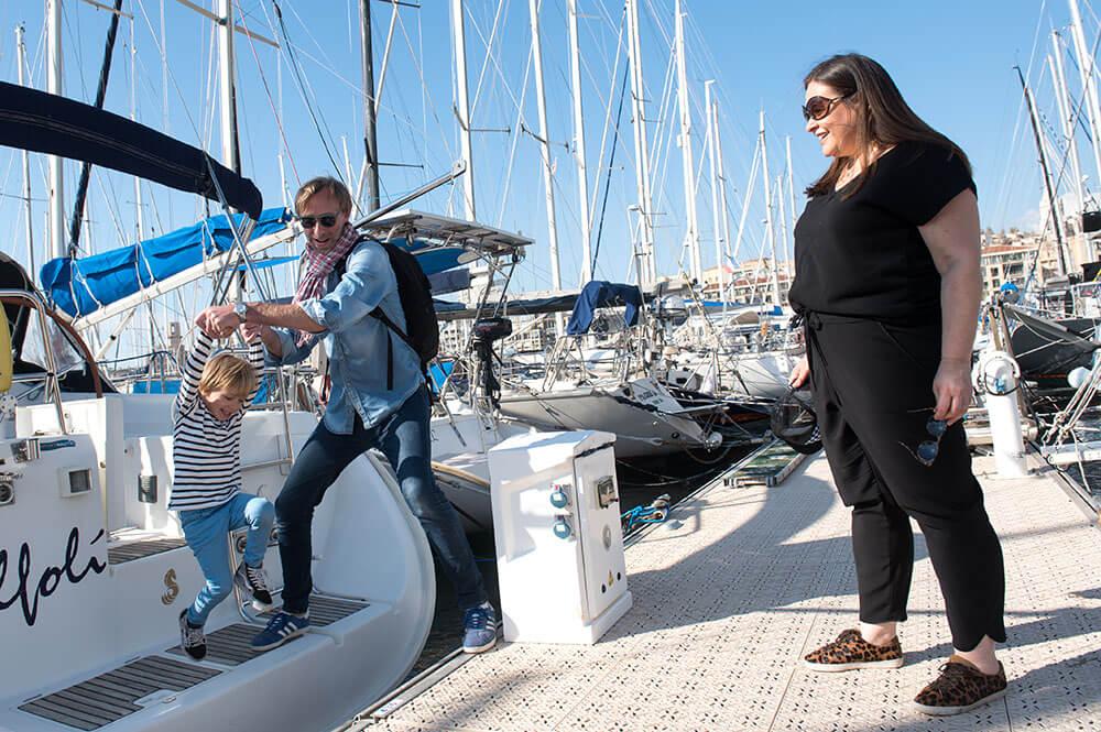 Shooting famille sur un voilier à Marseille.