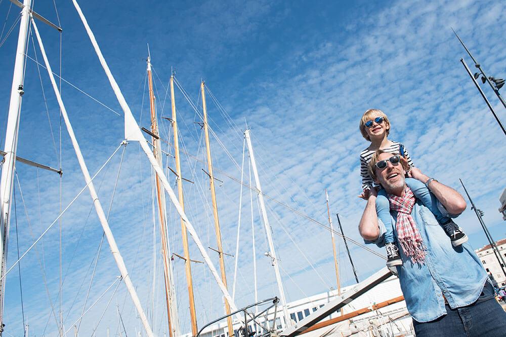 Portrait lifestyle père/fils devant les voiliers Marseille