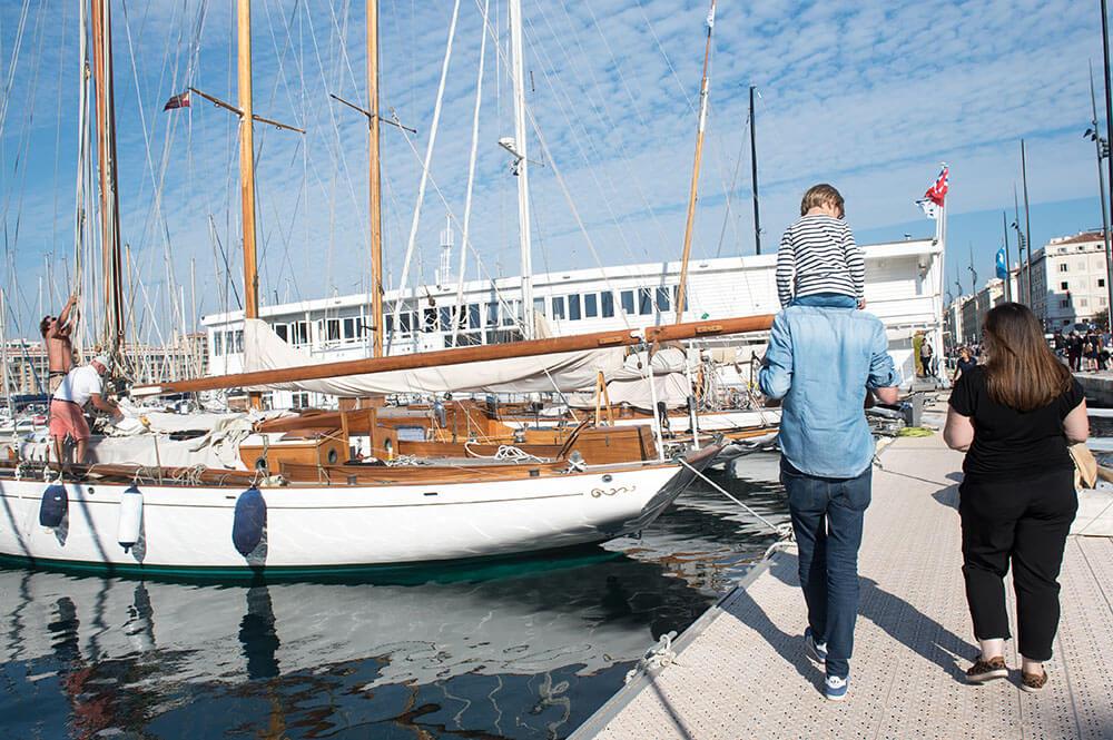 Portrait Lifestyle famille Vieux-Port Marseille.