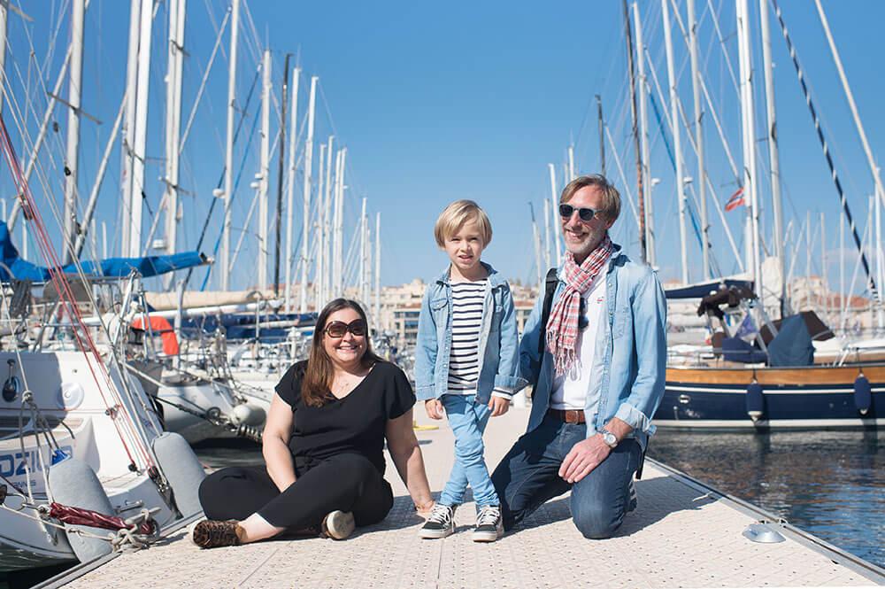 Séance photo famille Marseille. Sur les quais du Vieux-Port.