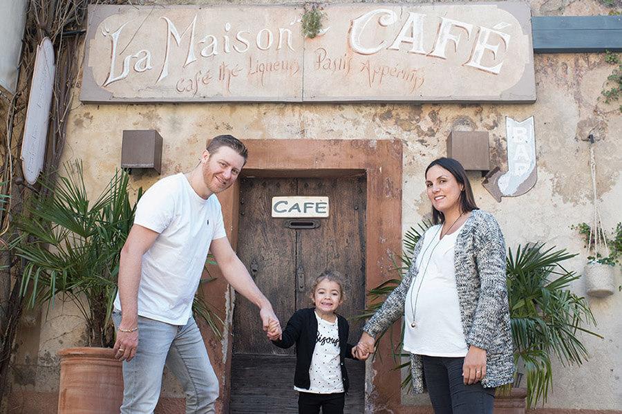 En famille au café.