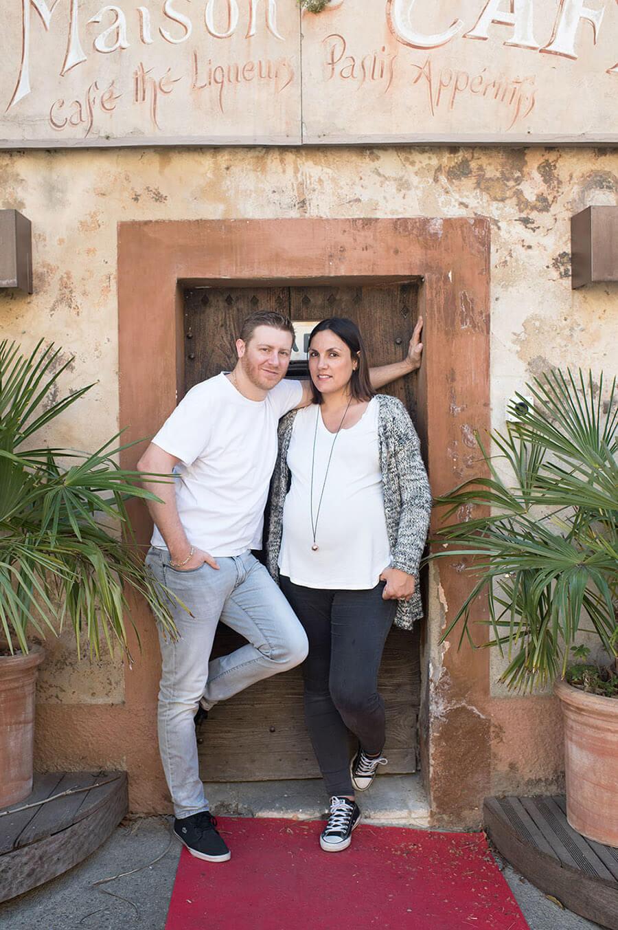 Couple posant devant la maison du café à Lourmarin.