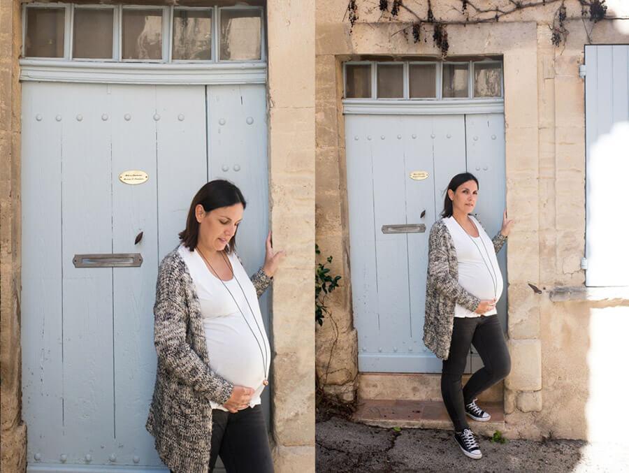Portrait femme enceinte devant une jolie porte bleue.