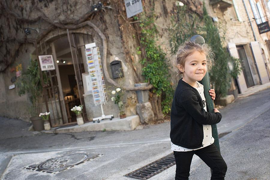 Enfant jouant avec un poteau.