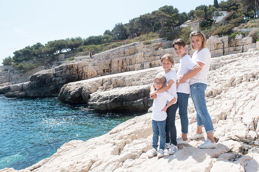 Séance photo famille Cassis devant la mer.