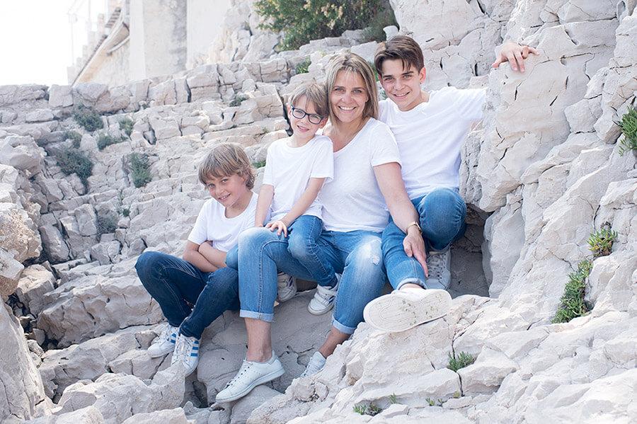 Séance photo famille Cassis. Tous les quatre devant l'objectif. Souvenir de famille.