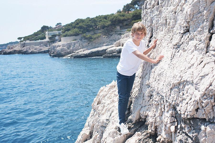 Escalader sur les rochers blancs de Cassis.