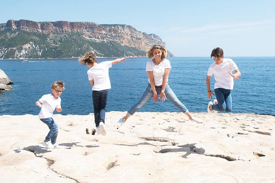 Séance photo famille Cassis. Jump en famille. Photo originale famille.