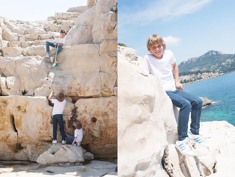Trois frères entrain d'escalader.
