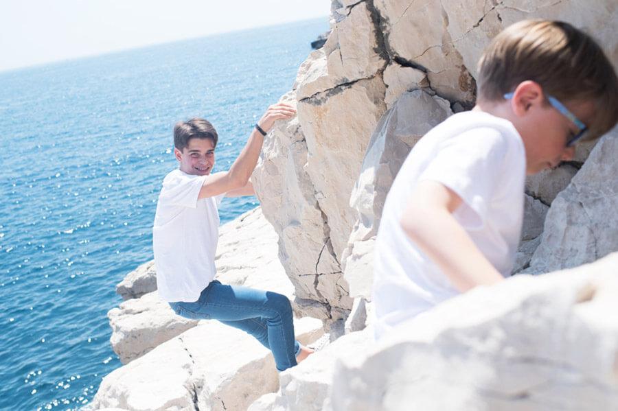 Portrait lifestyle à Cassis devant la mer.