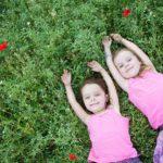Portrait de deux sœurs au milieu des coquelicots.