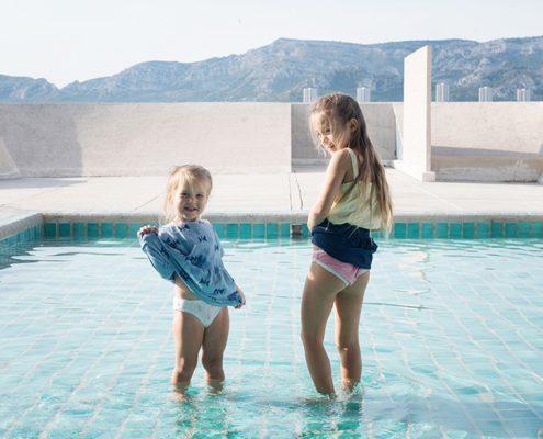 Portrait d'enfants dans la piscine du Corbusier.