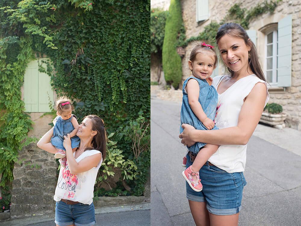 Séance photo famille Luberon. Maman souriant à son enfant de un an. Photo prise dans une ruelle d' Ansouis.