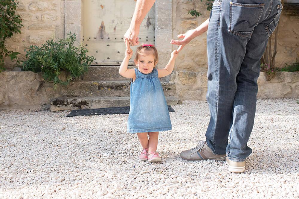 Séance photo famille Luberon. Apprendre à marcher.