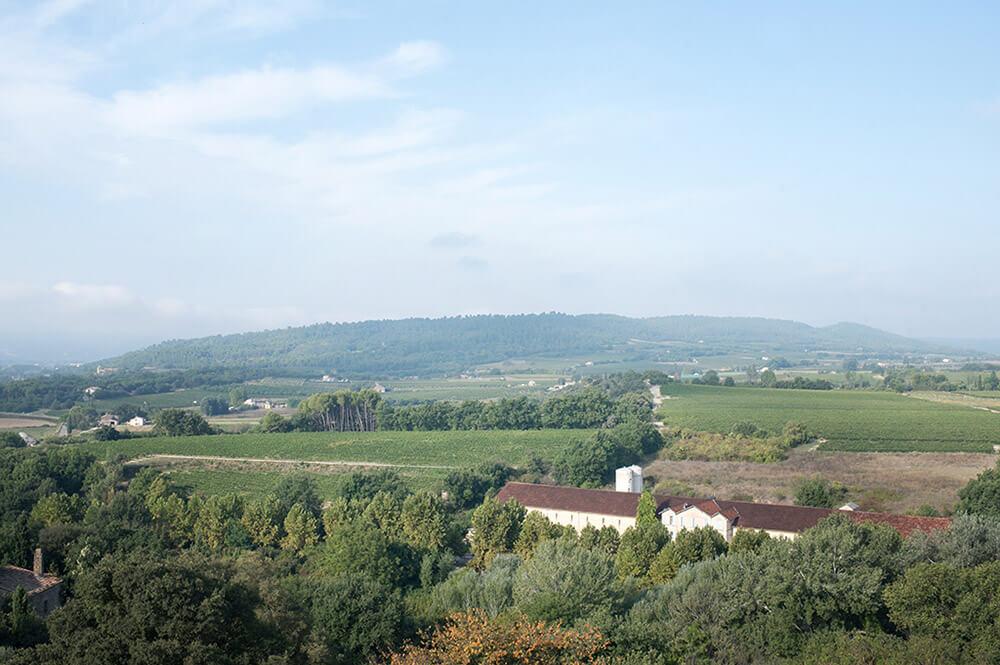 Vue d'Ansouis sur la vallée. Vue panoramique.