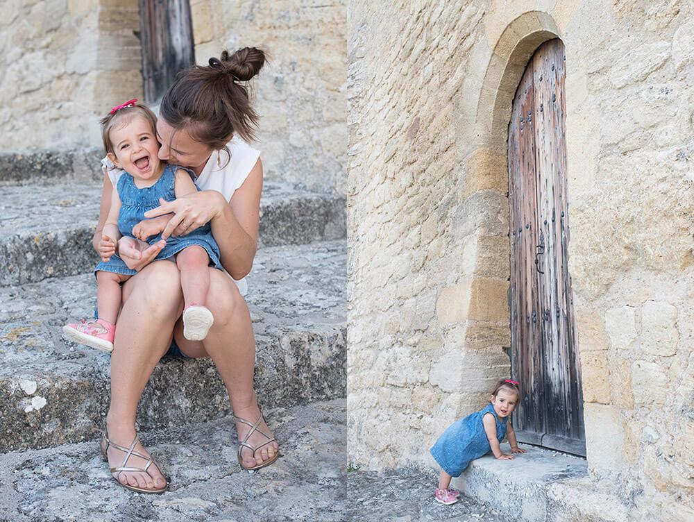 Portrait mère-fille assises sur des marches en pierres.