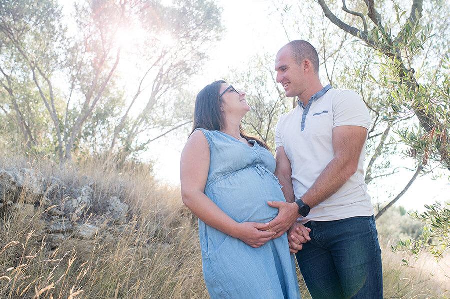 Portrait d'un jeune couple attendant son premier enfant à Saint-Chamas