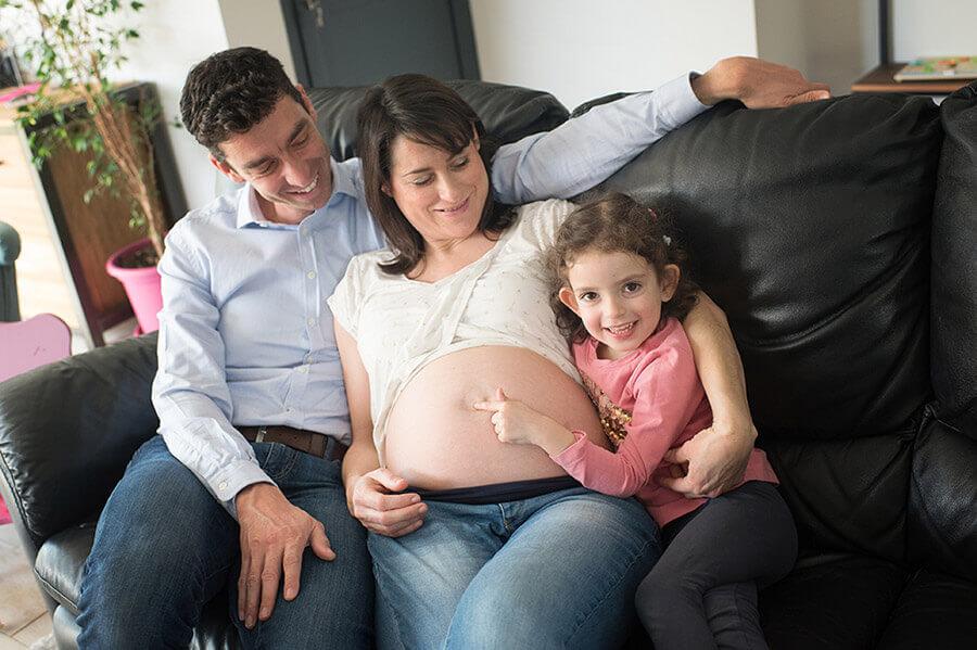 Tous devant l'objectif pour le souvenir de grossesse.