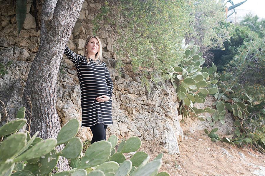 Portrait d'une femme enceinte dans un décor de cactus.
