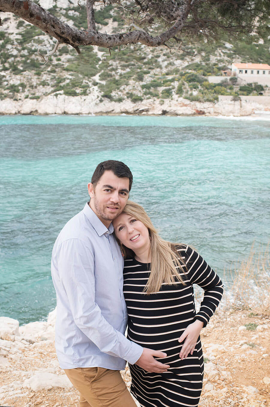 Futurs parents enlacés devant la mer à Sormiou.