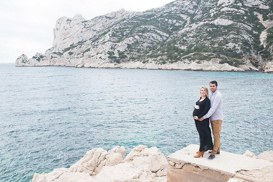 Couple face à la mer. Calanque de Sormiou.