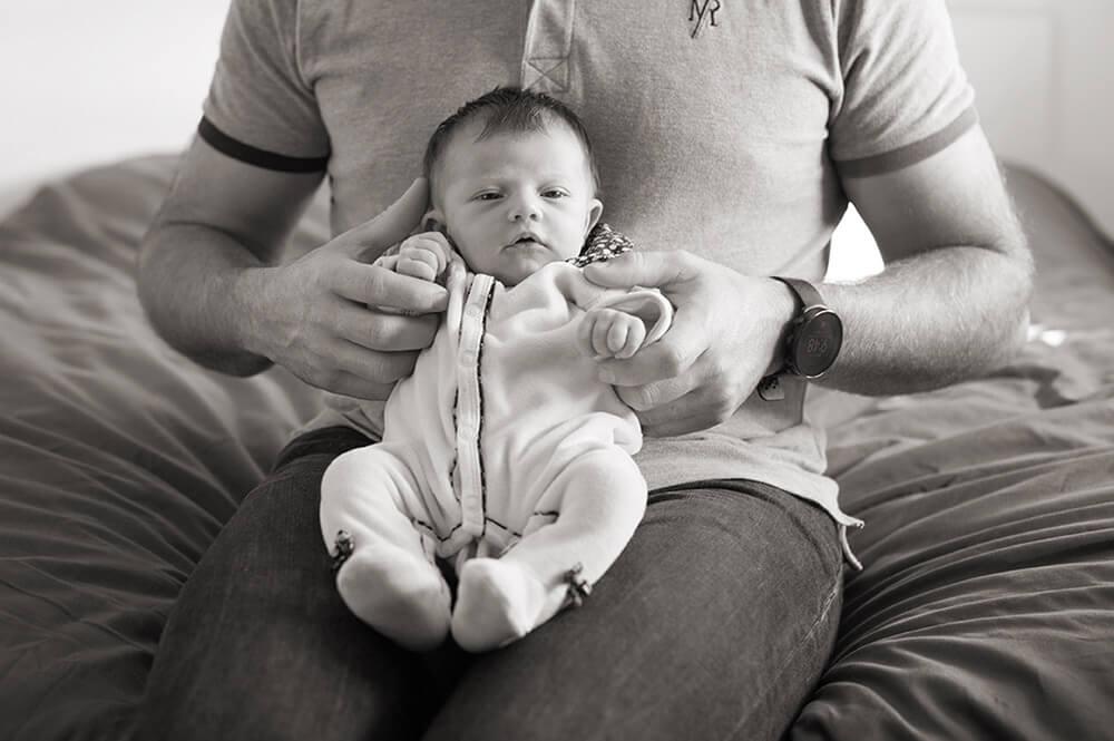 Portrait de naissance en noir et blanc.