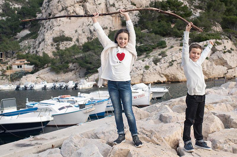 Jeunes enfants jouants sur les rochers de Morgiou.
