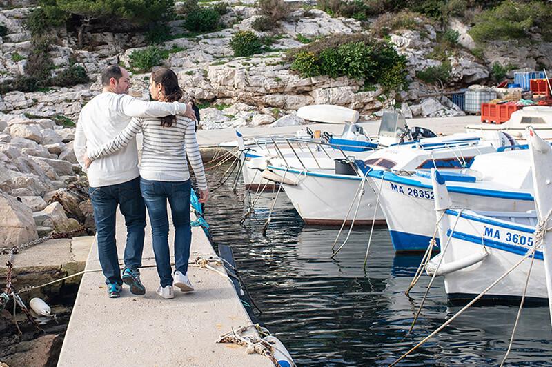 Portrait d'un couple se promenant sur le port de Morgiou.