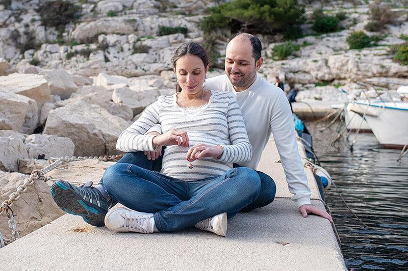 Jeune couple assis sur un ponton.