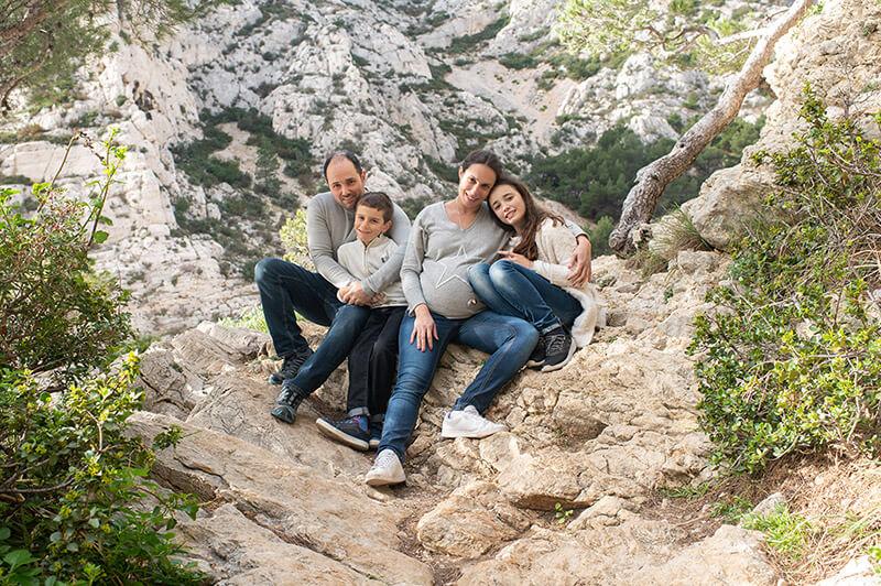 Portrait lifestyle famille en extérieur à Morgiou.