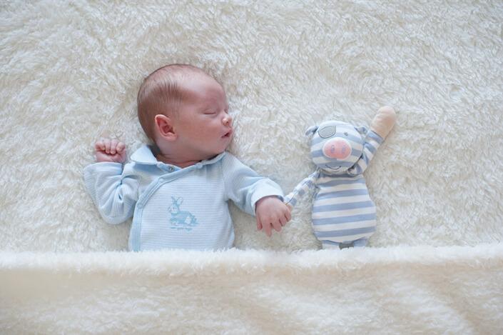 Portfolio bébé naissance Marseille.Portrait de bébé et son doudou main dans la main.