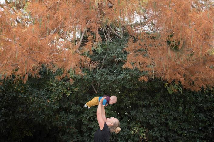 Portfolio bébé naissance Marseille.Shooting bébé extérieur en automne, Parc Borély.